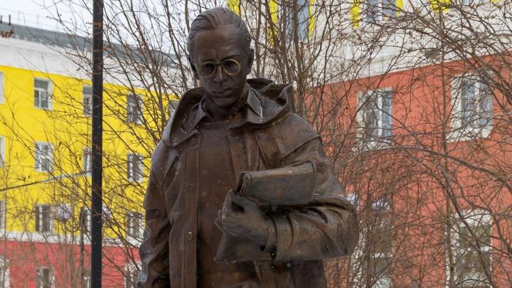 У памятника открывателю Таймыра в Норильске снова оторвали пенсне. Возбуждено уголовное дело
