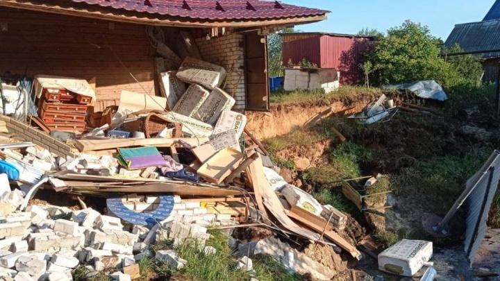 В Балахне рухнул гараж из-за обвала грунта. Есть опасность дальнейшего обрушения