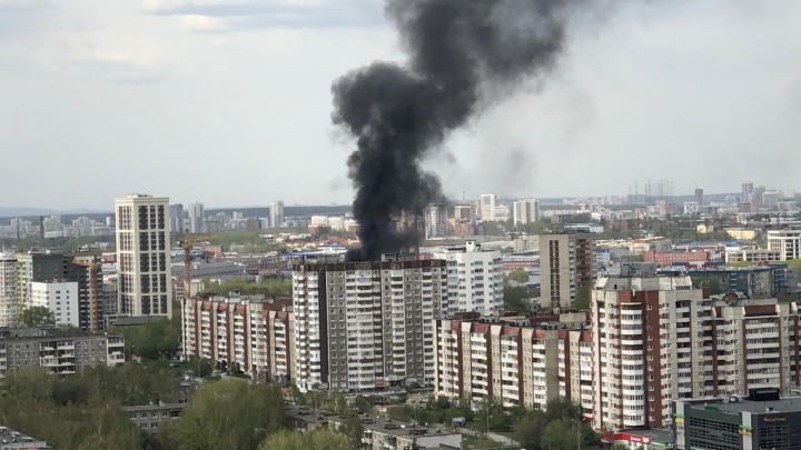 Густой черный дым видно из центра: в Пионерском крупный пожар