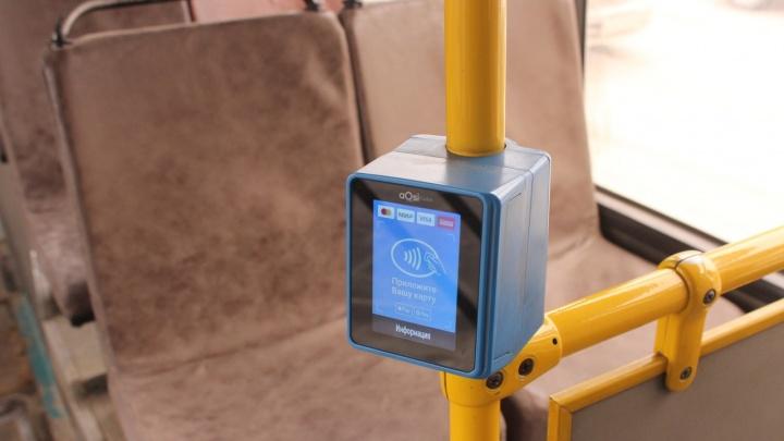 Рассчитаться наличными можно у водителя: в новосибирских автобусах начали ставить валидаторы