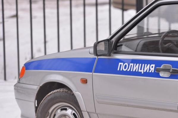 Один из полицейских переоделсяв гражданскую одежду и пошел сдавать мочу вместо своего друга
