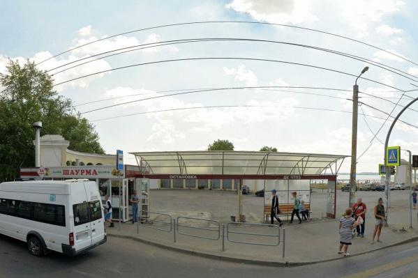 Павильон с шаурмой закрыли на остановке «ДК ЧТПЗ» возле входа на «путинский» пляж (это Ленинский район)