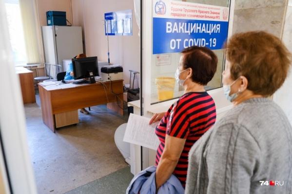 В поликлиниках Челябинска на прививки сейчас выстраиваются очереди