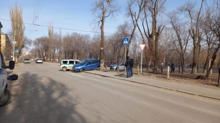 В Волгограде в аварию попал автомобиль судебных приставов