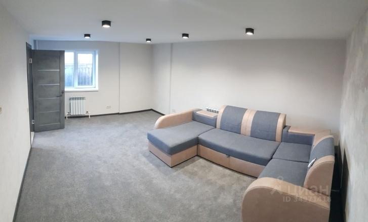 Внутри есть даже мебель