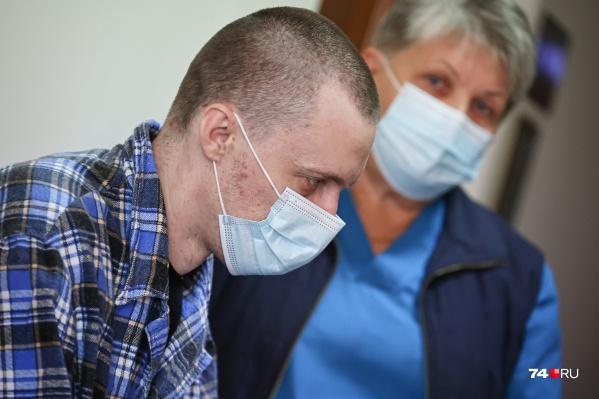В суд мужчину, признанного невменяемым, доставили в больничной одежде и в сопровождении медика