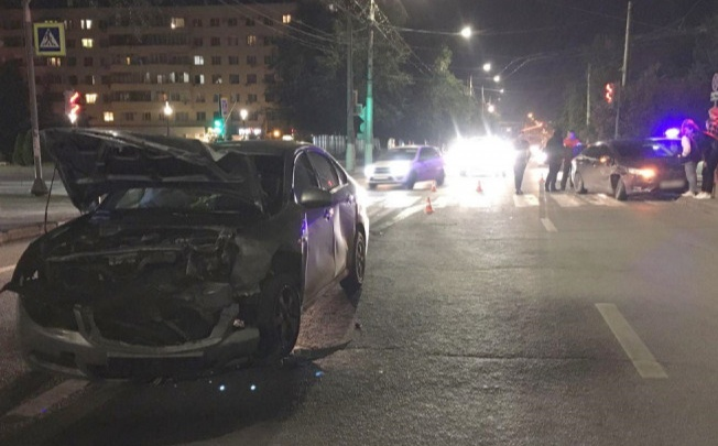 Поворот не туда: в центре Волгограда мужчина выехал на встречку и протаранил легковушку