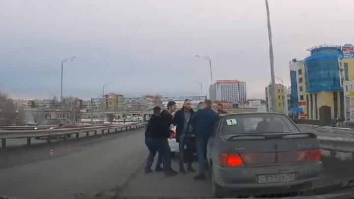 В Тюмени водители подрались прямо посреди моста Мельникайте— видео