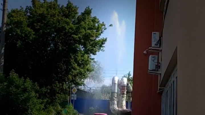 Фонтан на два этажа: в Самаре на улице Песчаной прорвало трубу