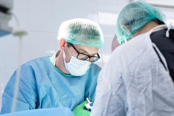 Операцию девушке делали сразу три бригады