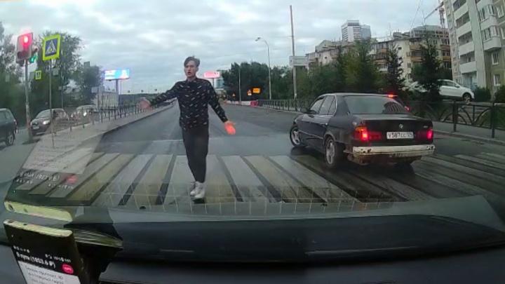 Парень на тонированной BMW вылетел под колеса такси на Луганской и скрылся: видео