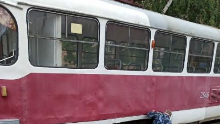 «У водителя лицо в крови было»: в Волгограде сошел с рельсов трамвайный вагон