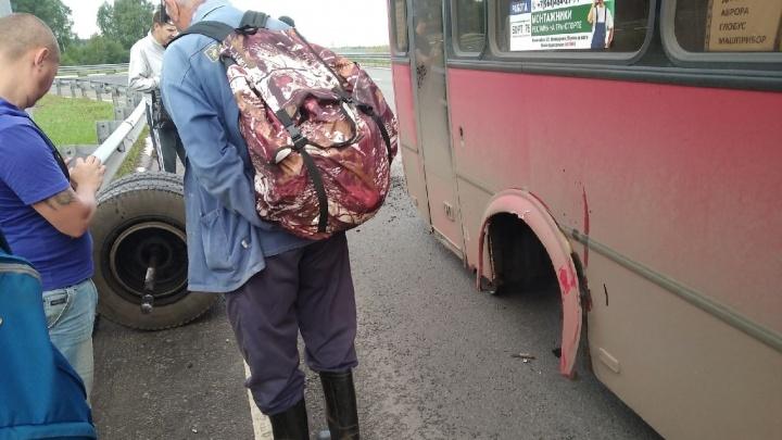 «Где контроль выпуска транспорта?»: в Ярославле у автобуса на ходу отвалилось колесо