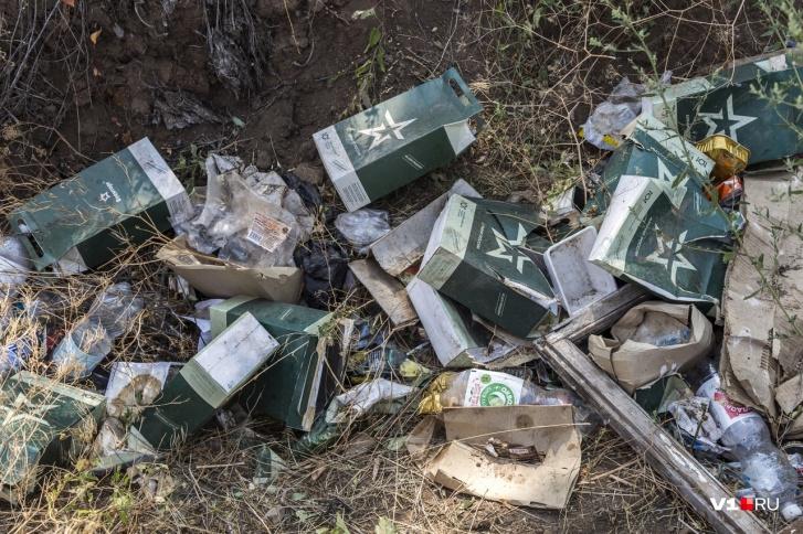 Судя по числу выброшенных пустых упаковок - возле танка давно и активно питались