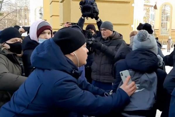 Человек в штатском с какой-то целью толкает студента на строй полицейских, оцепивших выход из парка Гагарина