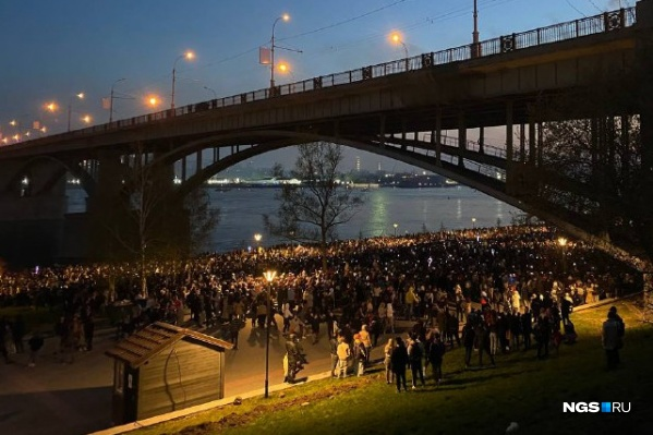 Несколько сотен людей пришли посмотреть на салют