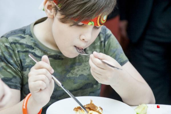 Поговорили со специалистами о том, кто контролирует качество школьных обедов и почему они нравятся не все ученикам