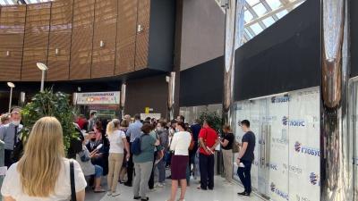 В екатеринбургском торговом центре собралась толпа желающих сделать прививку от коронавируса