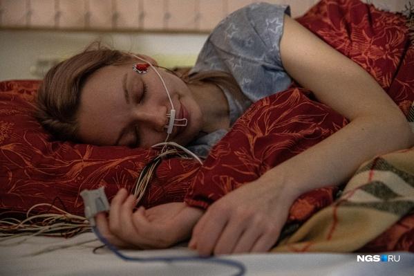 Журналист НГС протестировала на себе исследование сна и поняла, что эффективно высыпаться ей мешает как минимум огромное количество проводов