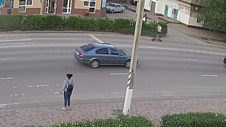 В Волгограде подросток на электросамокате снёс женщину на переходе — видео