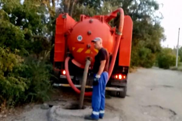 Мужчина уверен, что из КАМАЗа сливались ядовитые отходы прямо в реку