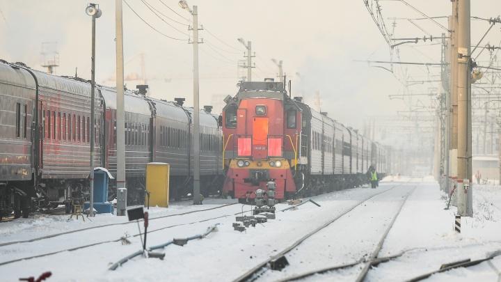 «Уснул за рулем»: в Екатеринбурге таксист устроил аварию на железнодорожном переезде и сбежал