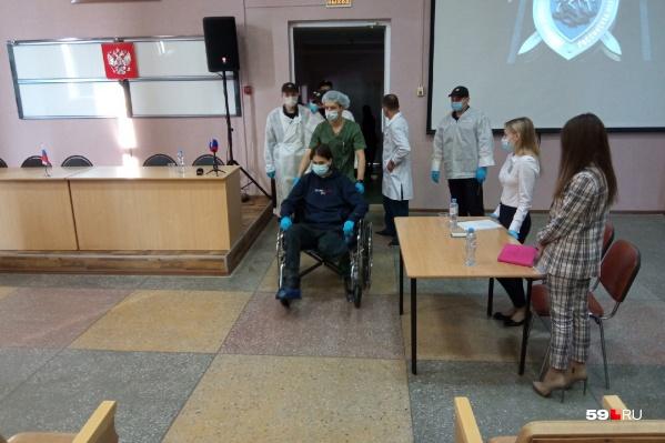 Тимура Бекмансурова завозят в зал, где ему изберут меру пресечения
