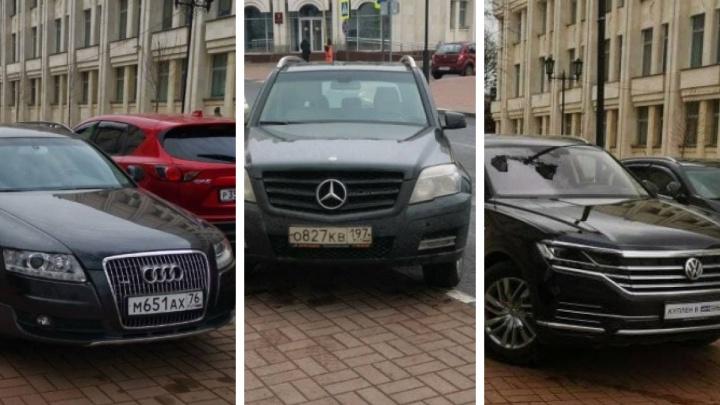 «Хватит мочить автовладельцев»: ярославец защитил водителей, запарковавших тротуар в центре