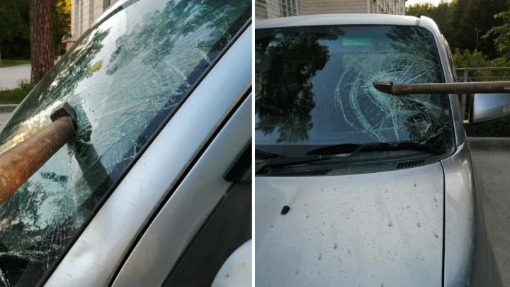 В Академгородке неизвестный ударил топором по «Тойоте» — орудие застряло в лобовом стекле