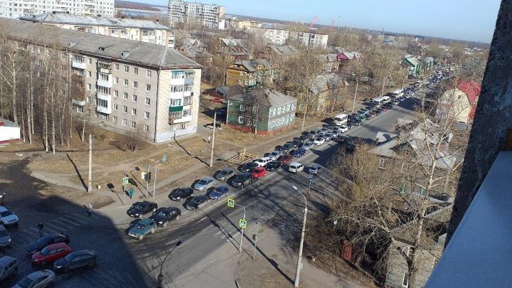 В Архангельске закрыли понтонный мост через Кузнечиху. В Соломбале началась пробка