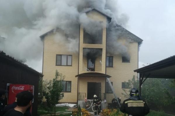 Огонь уничтожил 200 квадратных метров коттеджа