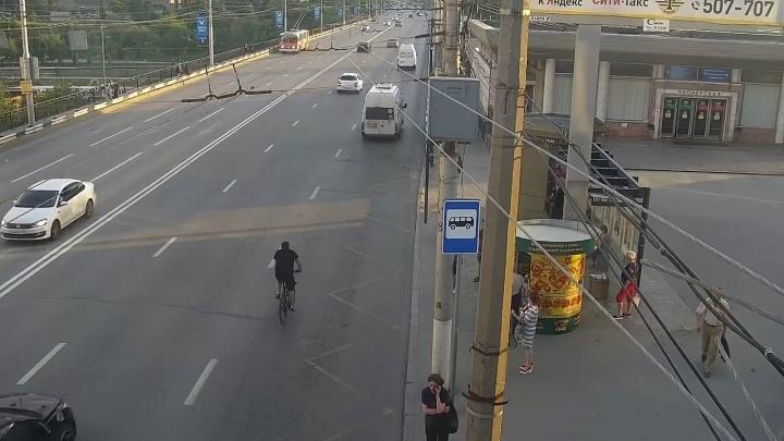 Велосипедист пошел на таран маршрутки в центре Волгограда. Видео попало на камеры наблюдения