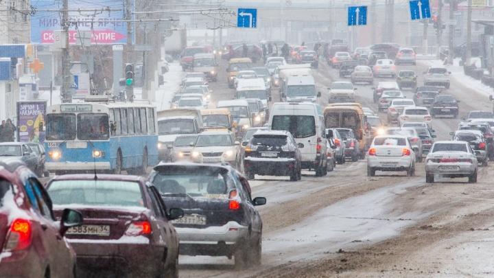 Волгоград из-за ледяных дорог встал в километровых пробках