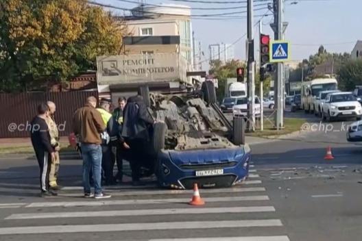 Машина перекрыла часть дороги