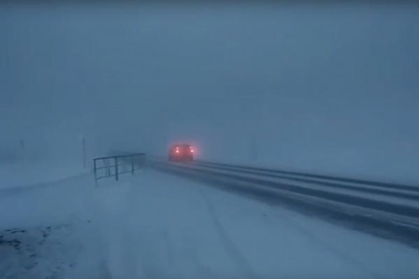 В таком тумане мгновенно пропадают машины: видимость нулевая