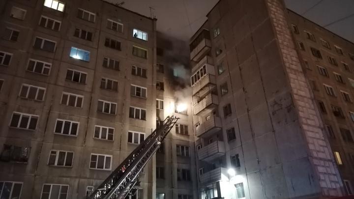 В челябинской многоэтажке ночью вспыхнул пожар