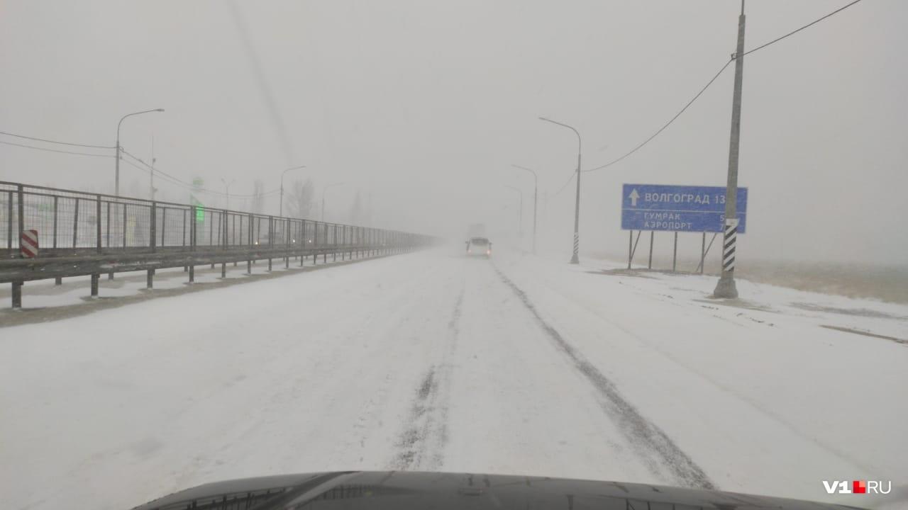 Трасса на Москву под Волгоградом полностью покрыта снегом