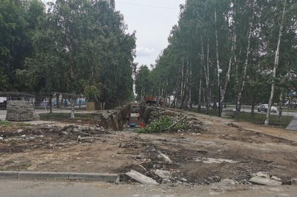 В прошлом году на благоустройство сквера на проспекте Победы потратили 25 миллионов рублей. А сейчас здесь ремонтируют теплотрассу