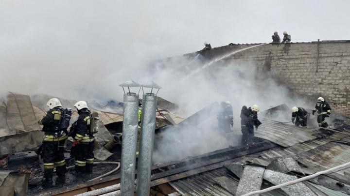 В Волжском загорелась пристройка к торговому центру