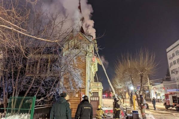 Здание загорелось в пятом часу утра