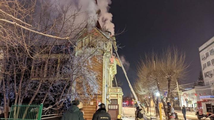 Ранним утром в Красноярске загорелся старинный особняк