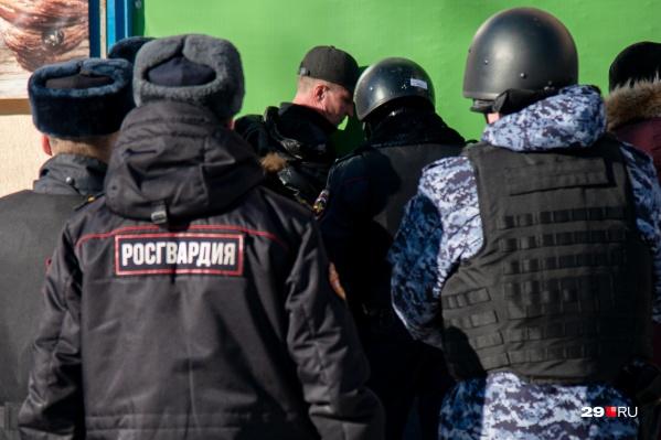 11 марта 2021 года Северодвинск потрясла громкая ситуация: с оружием в центр микрозаймов «РосДеньги» пришел клиент-должник