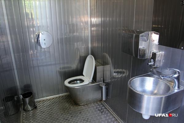 Это один из чистых туалетов в парке, который нам довелось видеть. С остальными ситуация обстоит куда хуже