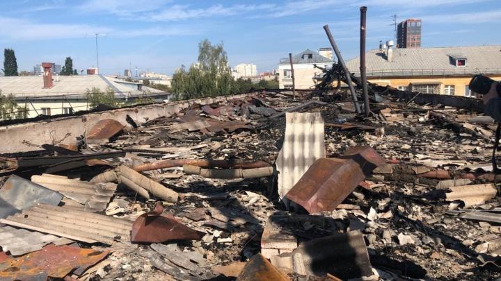 В Екатеринбурге пятиэтажку со сгоревшей крышей пришлось полностью отключить от электричества