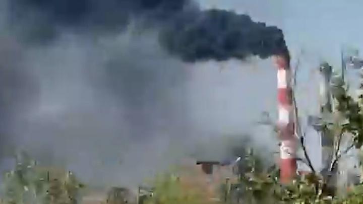 Жителей Уфы испугал черный дым в небе. Рассказываем, что произошло