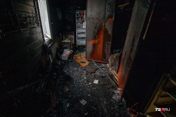 Больше всего от огня пострадал коридор дома. Не менее опасным оказался дым
