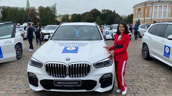 Иномарки для чемпионов: олимпийским призерам из Башкирии вручили ключи от новеньких BMW