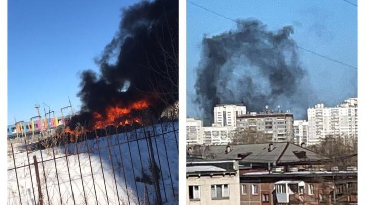 Огромный столб черного дыма: на Эльмаше вспыхнул крупный пожар рядом состоянкой
