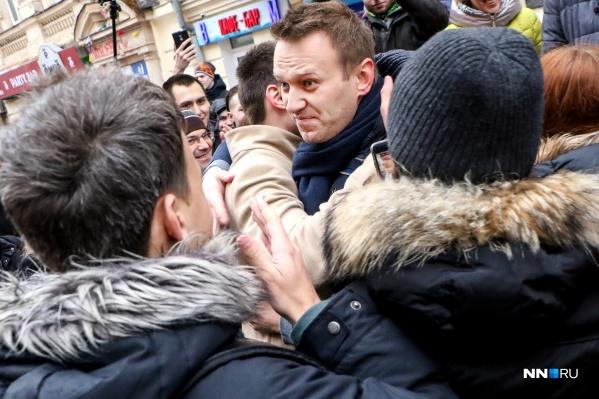"""С 31 марта <a href=""""https://86.ru/text/politics/2021/03/31/69842768/"""" target=""""_blank"""" class=""""io-leave-page _"""">Навальный объявил голодовку</a>, чтобы к нему допустили врача. К воротам колонии периодически прибывают сторонники оппозиционера, их задерживают за нарушение общественного порядка"""