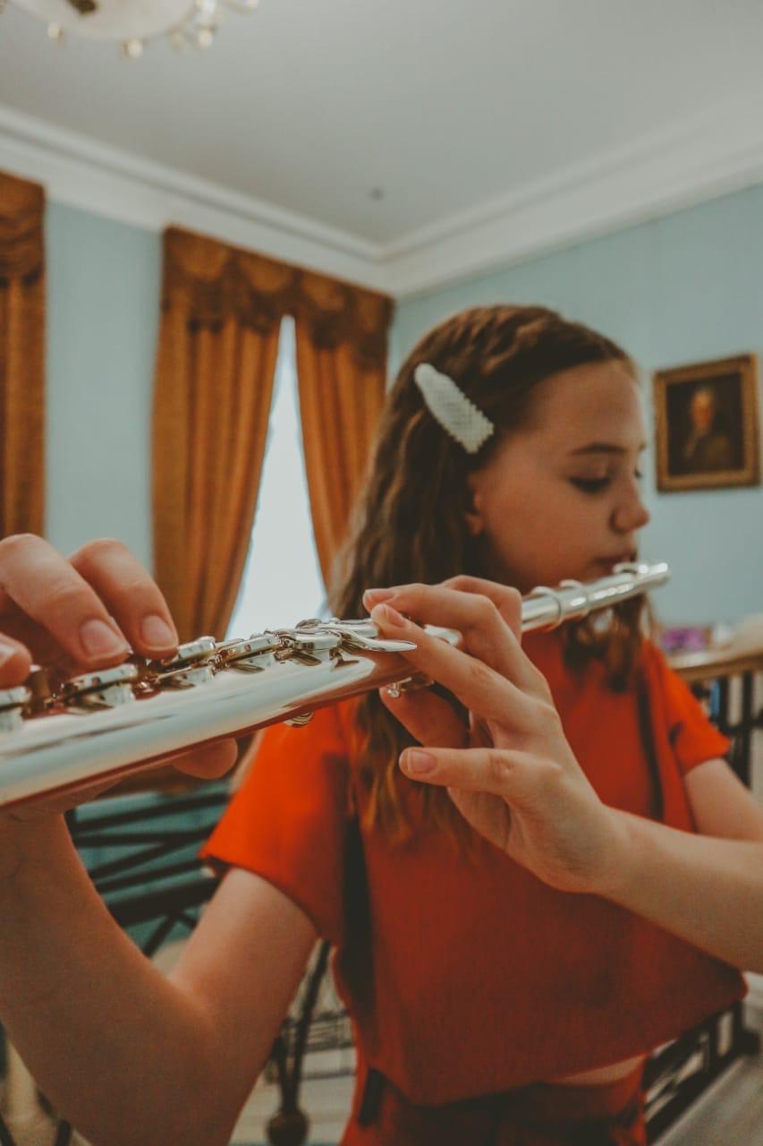 Арина не только поет, но еще играет на флейте